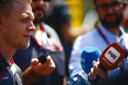 Kevin Magnussen, Haas F1 Team, met de media