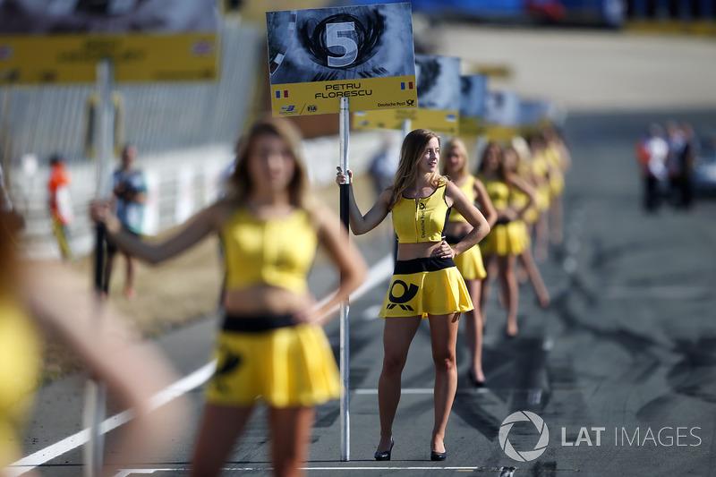 Chica de la parrilla para Petru Florescu, Fortec Motorsports Dallara F317 - Mercedes-Benz