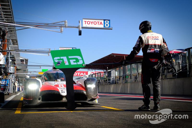 #8 Toyota Gazoo Racing Toyota TS050: Fernando Alonso, en the pit lane