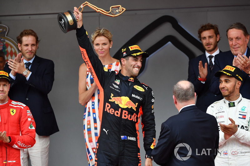 Il vincitore della gara Daniel Ricciardo, Red Bull Racing RB14 festeggia sul podio con il trofeo