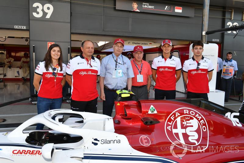 Tatiana Calderón, piloto de pruebas de Sauber, Frederic Vasseur, director del equipo de Sauber, Marcus Ericsson, Sauber y Charles Leclerc, Sauber con Oscar Fangio y Ruben Fangio