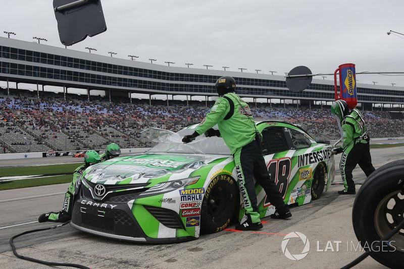 Kyle Busch, Joe Gibbs Racing, Toyota Camry Interstate Batteries, makes a pit stop