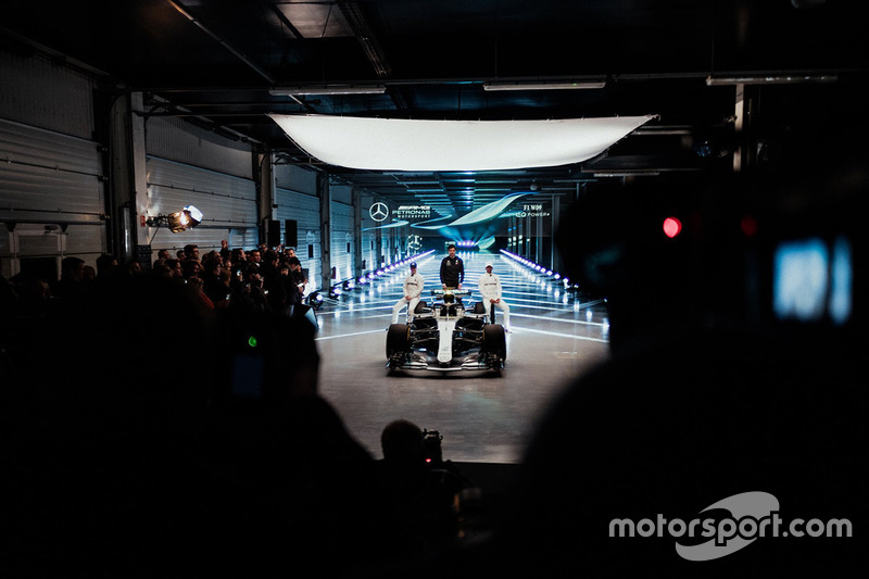 Valtteri Bottas, Mercedes AMG F1, Lewis Hamilton, Mercedes AMG F1, Toto Wolff, Direttore Esecutivo Mercedes AMG F1