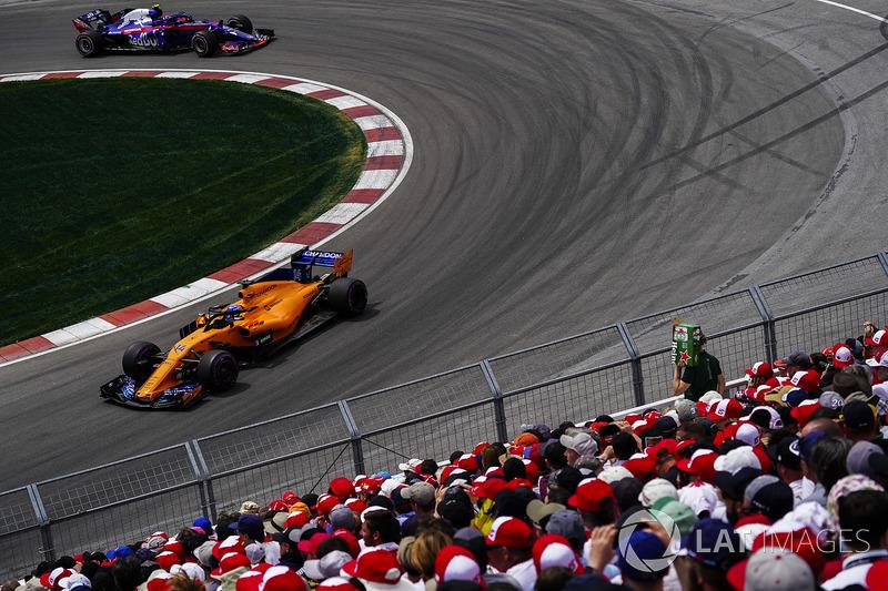 Fernando Alonso, McLaren MCL33, leads Pierre Gasly, Toro Rosso STR13