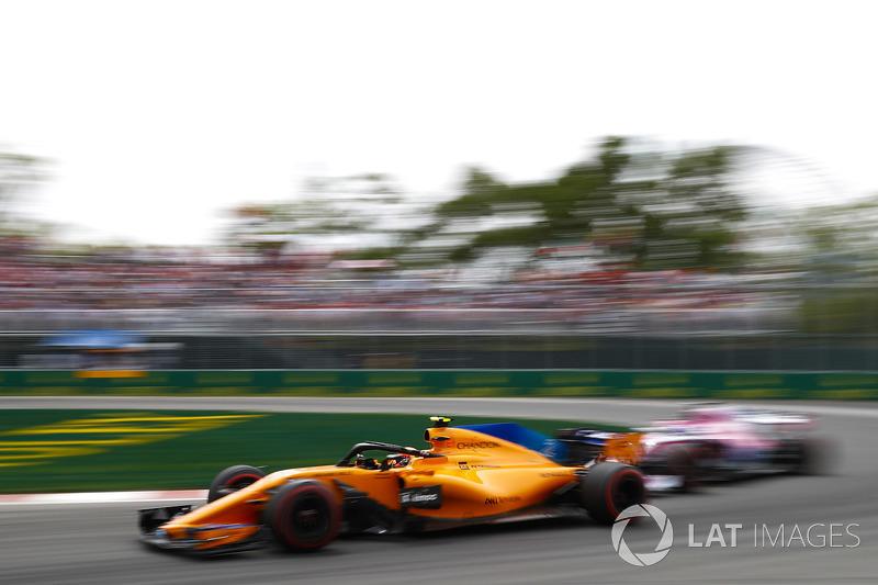 Stoffel Vandoorne, McLaren MCL33, devant une Force India