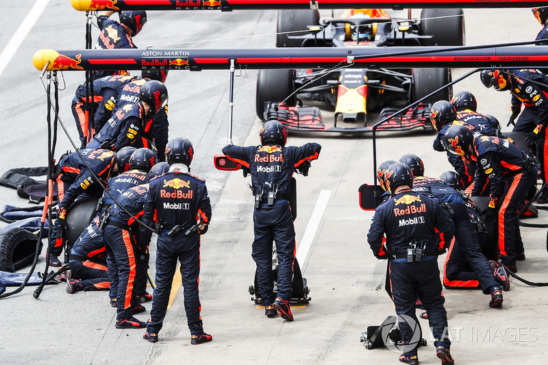 Daniel Ricciardo, Red Bull Racing RB14, comes in for a stop