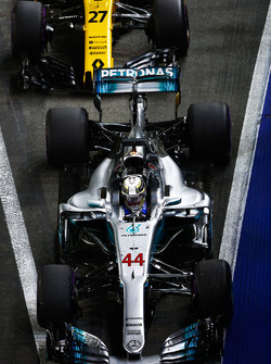 Lewis Hamilton, Mercedes AMG F1 W08, Nico Hulkenberg, Renault Sport F1 Team RS17, in the pit lane