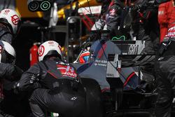Romain Grosjean, Haas F1 Team Team VF-17, au stand