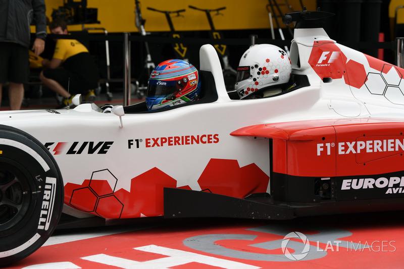 Пол ди Реста за рулем двухместной машины F1 Experiences