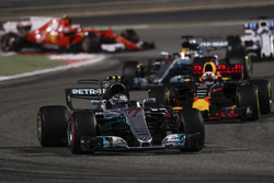 Valtteri Bottas, Mercedes F1 W08, Daniel Ricciardo, Red Bull Racing RB13