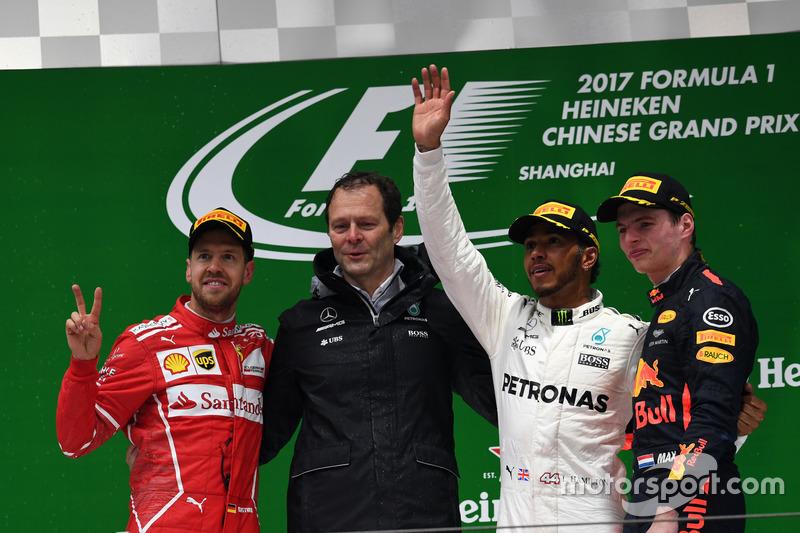 Çin GP, Podyum:  Yarış galibi Lewis Hamilton, Mercedes AMG F1, 2. Sebastian Vettel, Ferrari, 3. Max Verstappen, Red Bull Racing