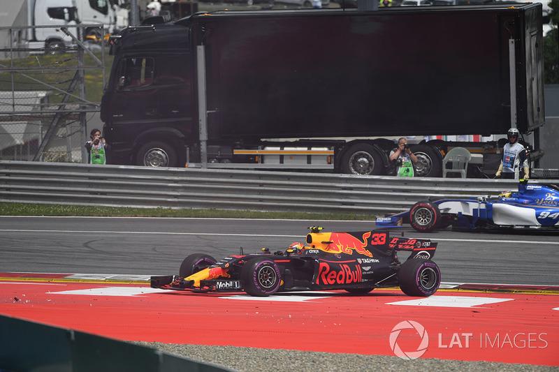 После столкновения: Макс Ферстаппен, Red Bull Racing RB13