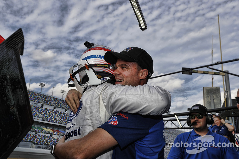 Pole GTLM voor Joey Hand, Ford Performance Chip Ganassi Racing, die viert met Dirk Müller