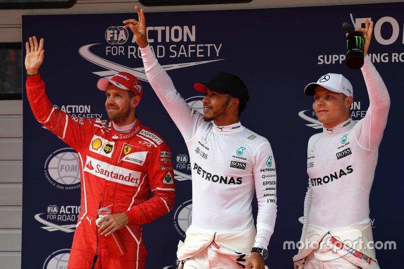 Sebastian Vettel, Ferrari, polesitter Lewis Hamilton, Mercedes AMG F1 e Valtteri Bottas, Mercedes AMG F1, festeggiano nel parco chiuso