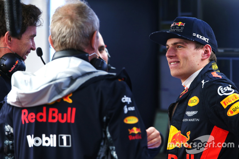 Max Verstappen, Red Bull Racing, con miembros del Red Bull Racing