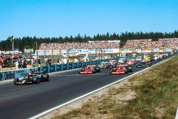 Mario Andretti, Lotus 79 Ford, voor John Watson en Niki Lauda, beiden Brabham BT46B Ford's, tijdens de start