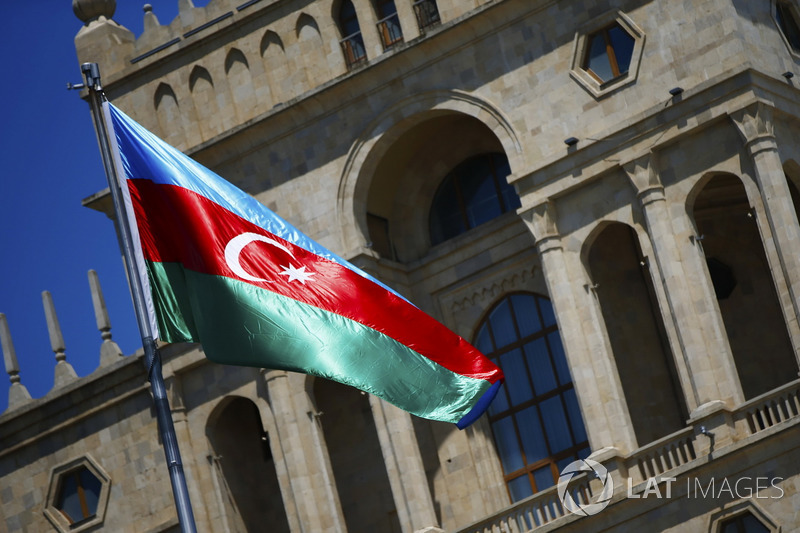 La banera de Azerbaiyán flamea frente a un edificio histórico de la ciudad de Bakú