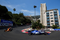 Pascal Wehrlein, Sauber C36-Ferrari, Jenson Button, McLaren MCL32, on the opening lap