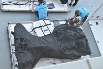 Il telaio della Mercedes W09 sotto un telo