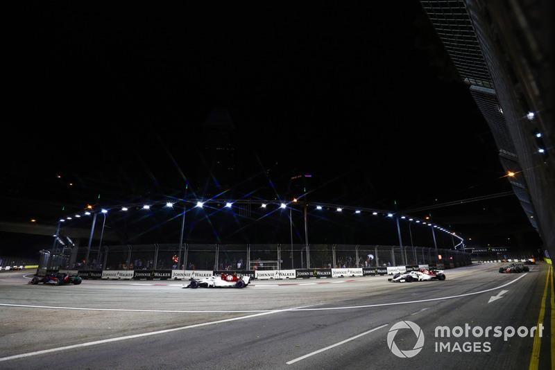 Pierre Gasly, Scuderia Toro Rosso STR13, Charles Leclerc, Sauber C37, y Marcus Ericsson, Sauber C37
