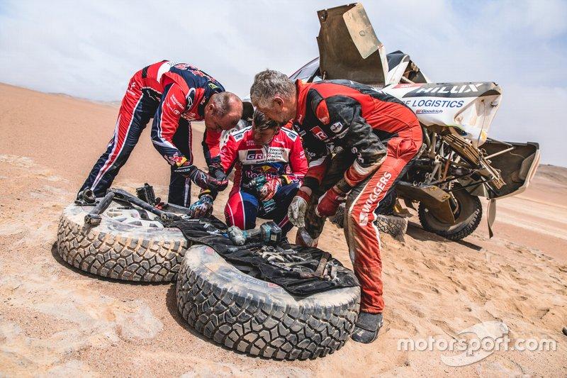 #302 Жінель де Вільєр допомагає #309 Бернхарду тен Брінке, Toyota Gazoo Racing