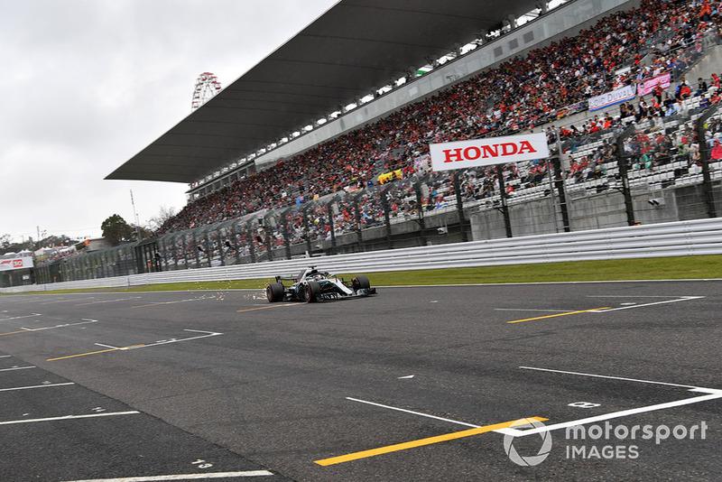 Lewis Hamilton, Mercedes-AMG F1 W09, solleva scintille