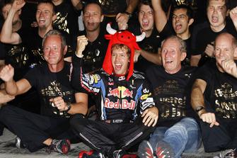 Sebastian Vettel, Red Bull Racing RB6, Helmut Marko, Consultant, Red Bull, Adrian Newey, Chief Technical Officer, Red Bull Racing, and the Red Bull team celebrate their championship victories.