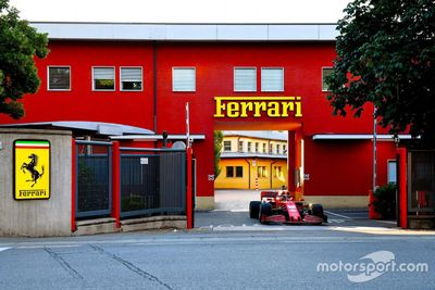 Leclerc en Maranello con el Ferrari SF1000