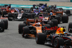 Daniel Ricciardo, Red Bull Racing RB13, Stoffel Vandoorne, McLaren MCL32, Esteban Ocon, Sahara Force India F1 VJM10, Fernando Alonso, McLaren MCL32 at the start