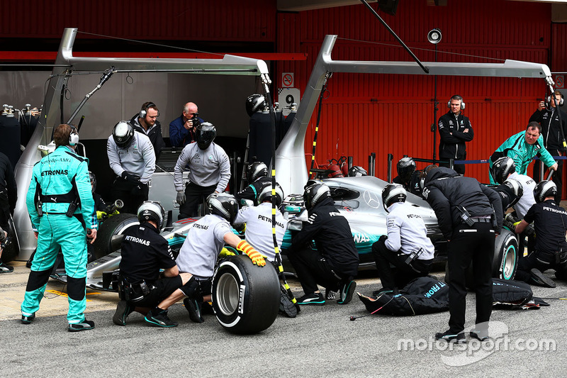 Валттері Боттас, Mercedes AMG F1 W08 тренує піт-стопи