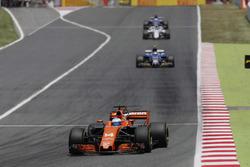 Fernando Alonso, McLaren MCL32, Pascal Wehrlein, Sauber C36-Ferrari