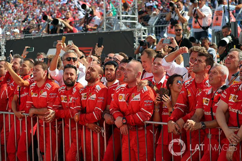 El equipo Ferrari celebra en el parc ferme