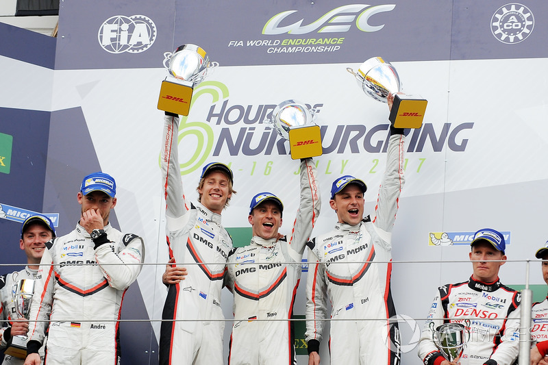 LMP1 Podio: ganadores de la carrera Timo Bernhard, Earl Bamber, Brendon Hartley, Porsche Team