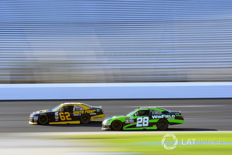 Brendan Gaughan, Richard Childress Racing Chevrolet y Dakoda Armstrong, JGL Racing Toyota