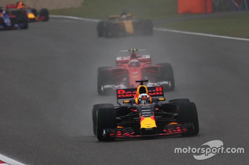 Daniel Ricciardo, Red Bull Racing RB13, leads Kimi Raikkonen, Ferrari SF70H, and Nico Hulkenberg, Renault Sport F1 Team RS17