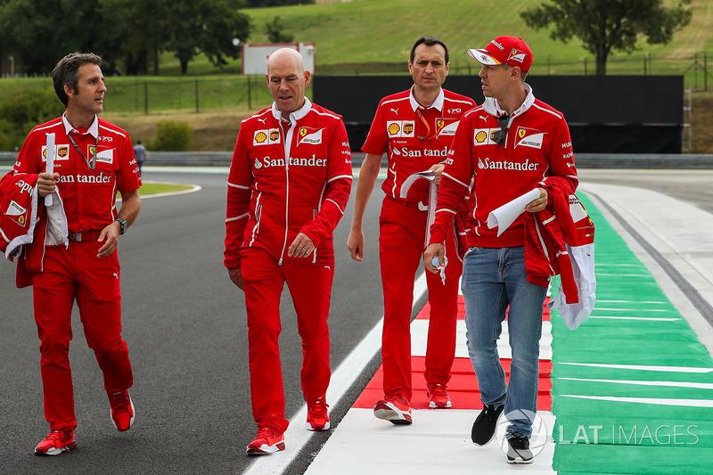 Sebastian Vettel, Ferrari, Jock Clear, Ferrari jefe de ingenieros y Riccardo Adami, Ferrari ingeniero de carrera caminan en la pista