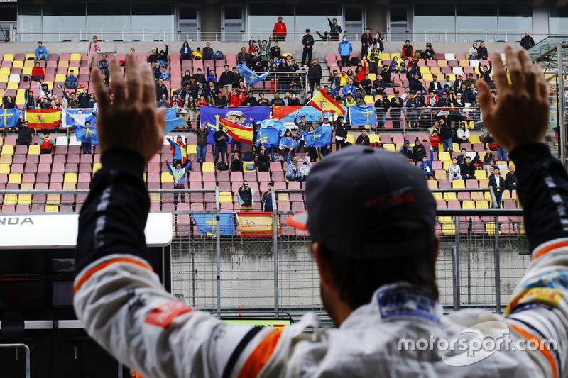 Фернандо Алонсо, McLaren, вітає фанатів