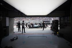 Ingenieros recuperan el coche de Valtteri Bottas, Mercedes AMG F1 W08, desde el pit lane