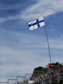 A Kimi Raikkonen, un tifoso Ferrari con la bandiera della Finlandia