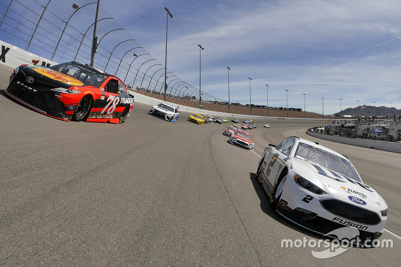 Brad Keselowski, Team Penske Ford, Martin Truex Jr., Furniture Row Racing Toyota durante el calentamiento