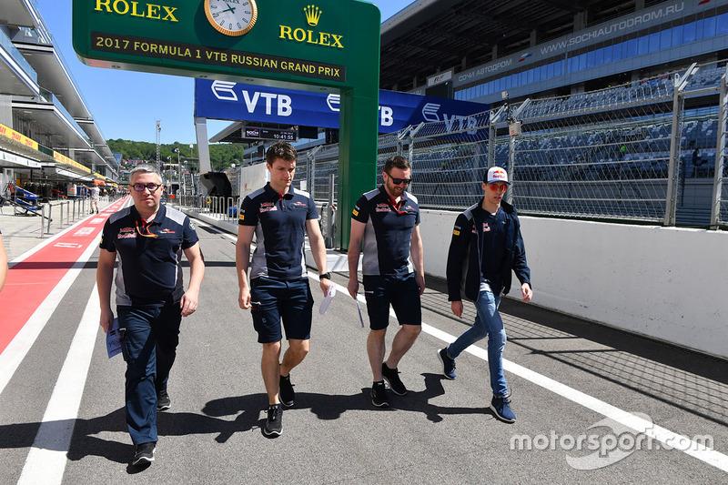 Daniil Kvyat, Scuderia Toro Rosso walks the track