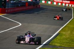 Серхио Перес, Sahara Force India F1 VJM10, и Кими Райкконен, Ferrari SF70H