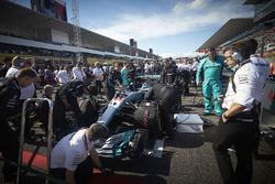 L'équipe Mercedes apporte les touches finales à la voiture de Lewis Hamilton, Mercedes AMG F1 W08