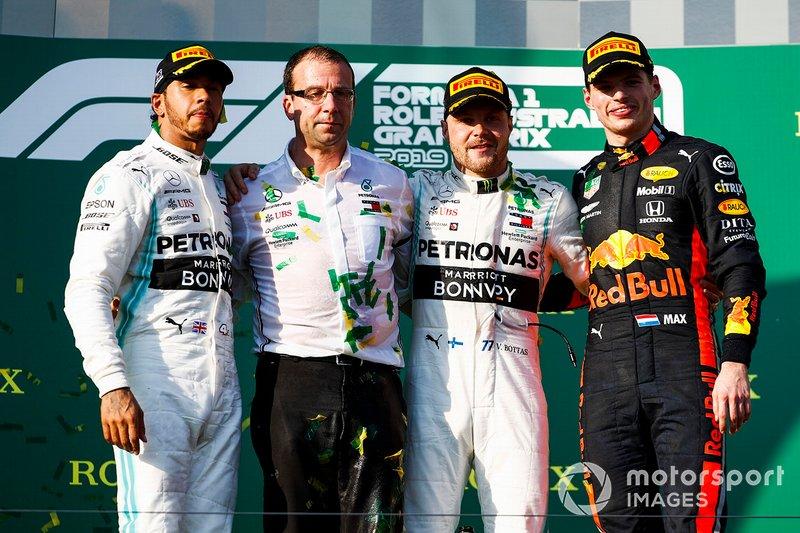 Lewis Hamilton, Mercedes AMG F1, secondo, il delegato dei Costruttori Mercedes, Valtteri Bottas, Mercedes AMG F1, vincitore, e Max Verstappen, Red Bull Racing, terzo, sul podio