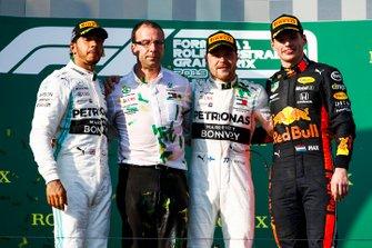Lewis Hamilton, Mercedes AMG F1, un representante de Mercedes, Valtteri Bottas, Mercedes AMG F1 y Max Verstappen, Red Bull Racing