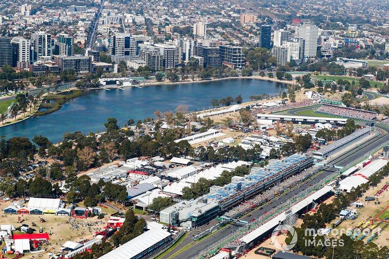 Valtteri Bottas, Mercedes AMG W10 precede Lewis Hamilton, Mercedes AMG F1 W10