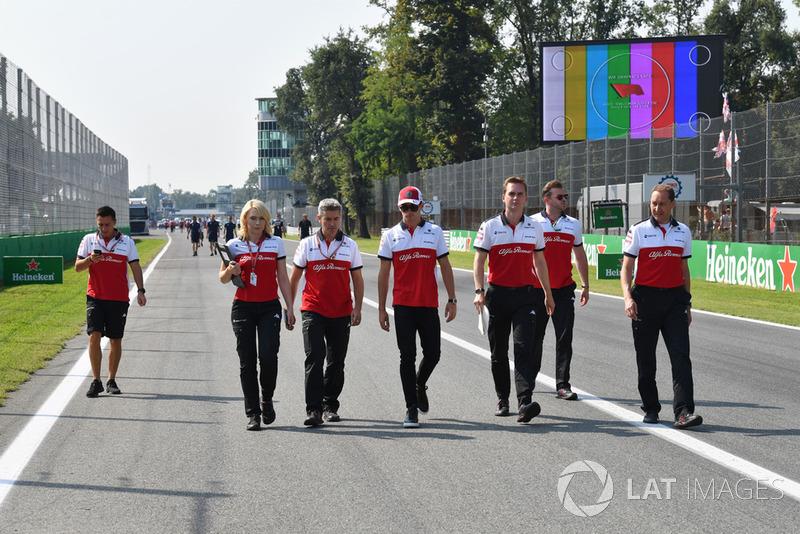 Charles Leclerc, Sauber ispeziona il circuito