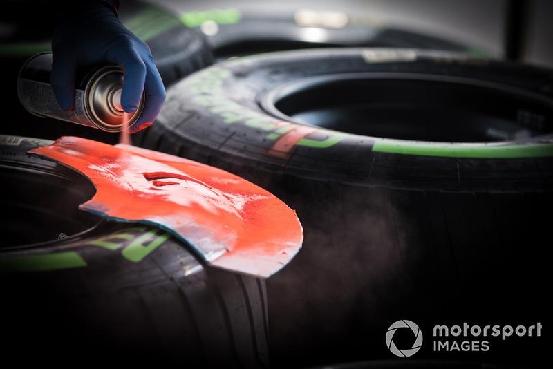 Neumáticos Pirelli marcados