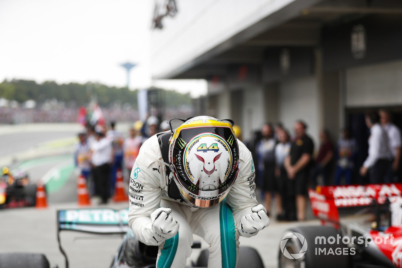 Lewis Hamilton, Mercedes AMG F1, 1er puesto, celebra a su llegada al Parc Ferme.