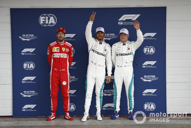 Le deuxième, Sebastian Vettel, Ferrari, le poleman Lewis Hamilton, Mercedes AMG F1, et Valtteri Bottas, Mercedes AMG F1